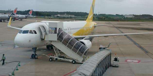 Un Japonais en fauteuil roulant contraint de ramper pour monter dans son avion.