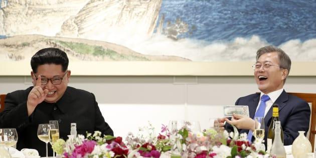 金正恩・朝鮮労働党委員長(左)と文在寅・韓国大統領。南北首脳会談の晩餐会の様子。2018年4月27日、板門店。