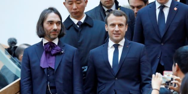 Emmanuel Macron en compagnie du mathématicien Cédric VIllani, auteur d'un rapport attendu sur la stratégie de développement sur l'Intelligence artificielle.