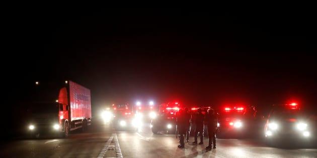 Em algumas rodovias, policiais estão escoltando motoristas que atravessam o bloqueio.