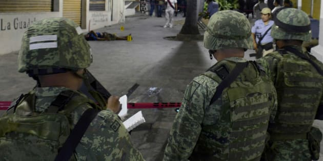 Soldados mexicanos custodian el cuerpo de un hombre asesinado en enero de este año en Acapulco, Guerrero.