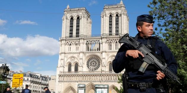 Des policiers devant Notre-Dame à Paris le 6 juin 2017.