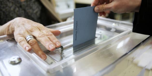 Bulletin de vote dans l'urne (illustration)
