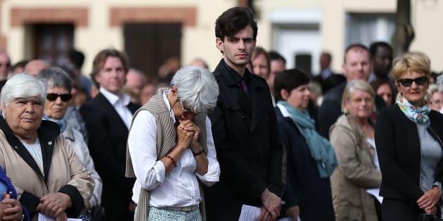 Des habitants de Saint-Etienne-du-Rouvray assistent à la messe du premier anniversaire de l'assassinat du Père Jacques Hamel par deux jihadistes en son église de Saint-Etienne-du-Rouvray, le 26 juillet 2017.