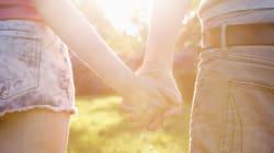 Tenersi per mano sincronizza il battito del cuore e combatte il