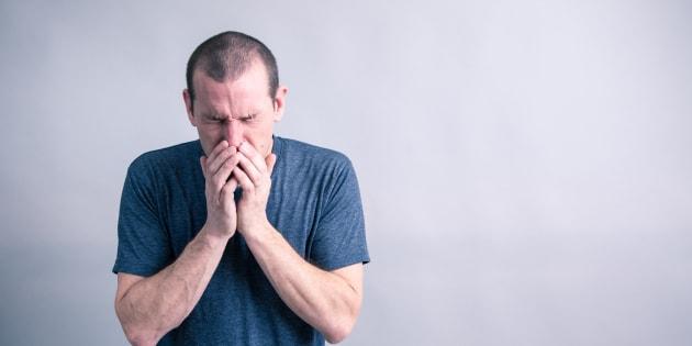 Si rompe la gola trattenendo uno starnuto