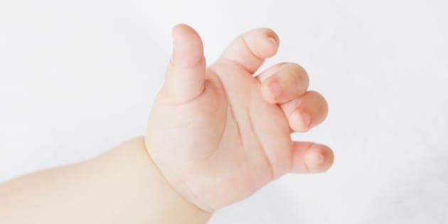 Main de bébé, à cinq doigts donc.