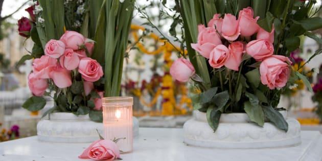 Les autorités sanitaires demandent aux Martiniquais de remplir de sable ou de mousse floraleà ras bord les vases et pots de fleurset de mettre les bougies à l'abri de la pluie.
