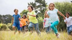 Construir laços na infância melhora sua saúde na vida
