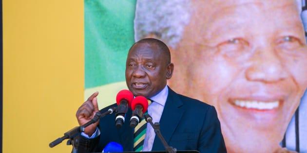Au Cap le 11 février 2018, le nouveau Président d'Afrique du Sud, Cyril Ramaphosa (ANC), prononce un discours à l'endroit exact où Nelson Mandela (sur l'affiche), 28 ans plus tôt, s'était adressé aux Sud-Africains pour la première fois après sa libération.