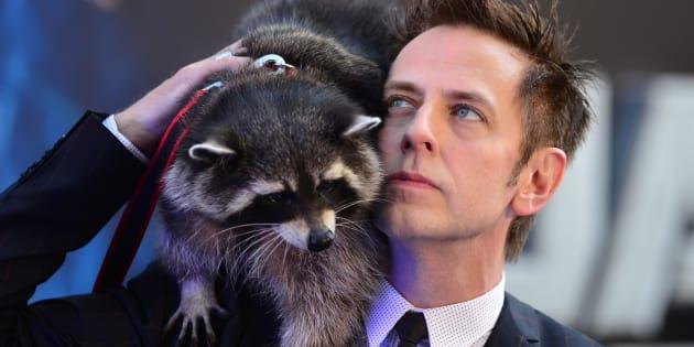 """James Gunn, réalisateur des films """"Les Gardiens de la Galaxie"""" défile sur le tapis rouge avec Oreo, le raton laveur ayant servi d'inspiration au personnage de Rocket Raccoon."""