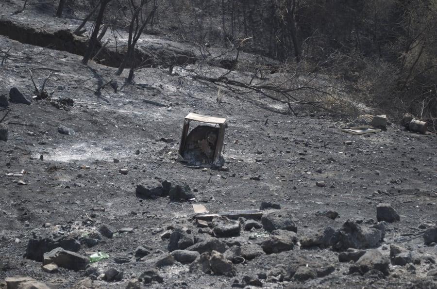Les restes d'une machine à laver dans le comté de Ventura, ravagé par les flammes.