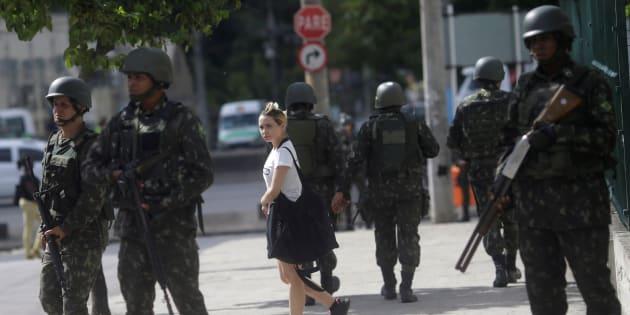 Militares patrulham áreas do Rio de Janeiro para prevenir atos criminosos.