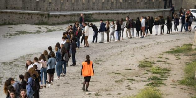 """Près de 2000 personnes ont pris part à une chaîne humaine sur les remparts de Carcassonne, le 12 octobre 2017, pour la deuxième édition de """"Fraternité générale"""", une association visant à promouvoir la fraternité à travers des actions culturelles, éducatives et civiques, du 12 au 15 octobre 2017."""