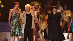 Ariana Grande fait monter sa grand-mère, sa mère et sa cousine sur la scène des