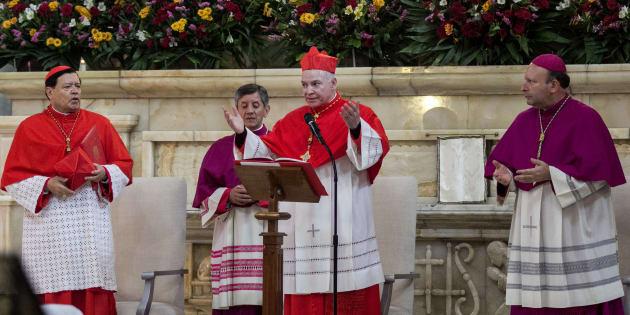 El cardenal Norberto Rivera, exarzobispo primado de México; Carlos Aguiar Retes, nuevo arzobispo primado de México, y Franco Coppola, representante del Vaticano en México, durante la presentación del nuevo arzobispo en la Catedral Metropolitana, el 5 de febrero de 2017.