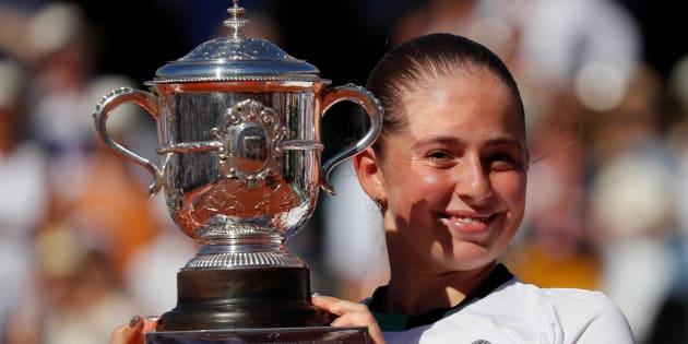 Jelena Ostapenko soulevant la coupe après sa victoire à Roland-Garros le 10 juin 2017.
