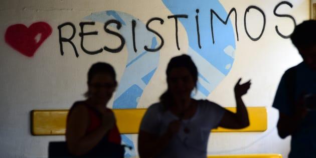 """""""Pelos corredores, dentro e fora das salas de aula e nas ruas vamos continuar lutando e gritando:UERJ de cotas, de favelado, e quando luta, ninguém fica parado."""""""