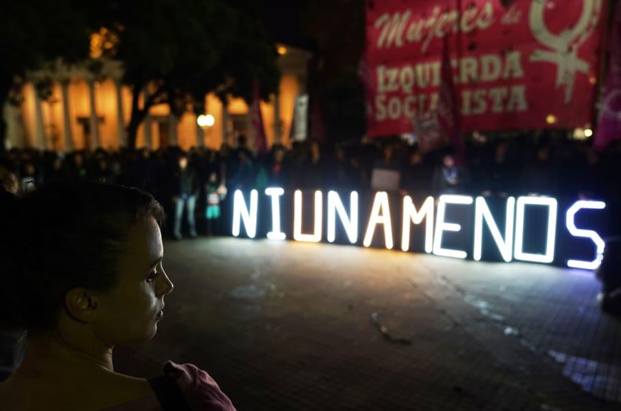 Um luminoso foi aceso durante um protesto do Ni Una Menos em 17 de Abril de 2017, em Buenos Aires, na Argentina.