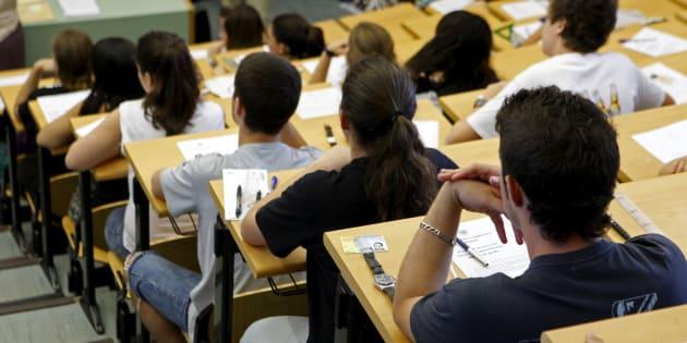 Un grupo de estudiantes, a punto de iniciar un examen de selectividad, en una imagen de archivo.