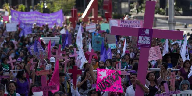 Con motivo del Día Internacional por la Erradicación de la Violencia Contra la Mujer, decenas de mujeres marcharon del Monumento a la Madre hacia el Hemiciclo a Juárez en Ciudad de México. Entre pancartas, consignas y banderas, las inconformes exigieron medidas contundentes para eliminar cualquier tipo de violencia de género.
