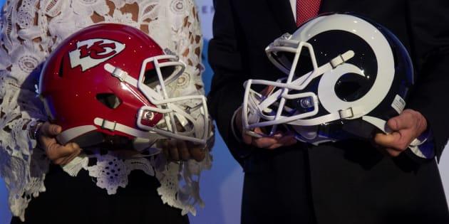 Carla Juan Chelala, directora general de Mercadotecnia de Grupo Financiero Banorte, y Arturo Olivé, director general de NFL México, durante la conferencia de prensa para dar detalles del inicio de la venta de boletos para el partido de temporada entre Los Angeles Rams y los Chiefs de Kansas.