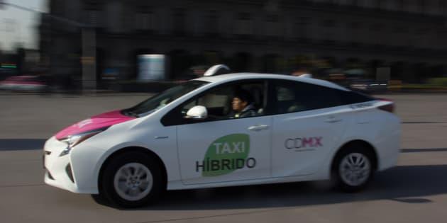 Miguel Ángel Mancera, jefe de gobierno de la Ciudad de México, presidió la entrega de taxis híbridos, así como las nuevas unidades de transporte de los corredores de Eje 5 y Eje 6, con lo que busca la salida de microbuses.