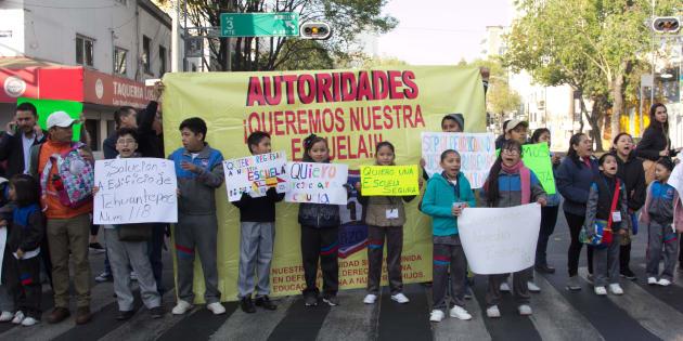 Alumnos de la escuela 21 de Marzo tomaron clases sobre la avenida Baja California al cruce con Monterrey, para exigir a las autoridades que se tomaran acciones para demoler el edificio que estaba severamente dañado por el sismo del 19 de septiembre y que representaba un grave riesgo ya que esta a un lado de su primaria.