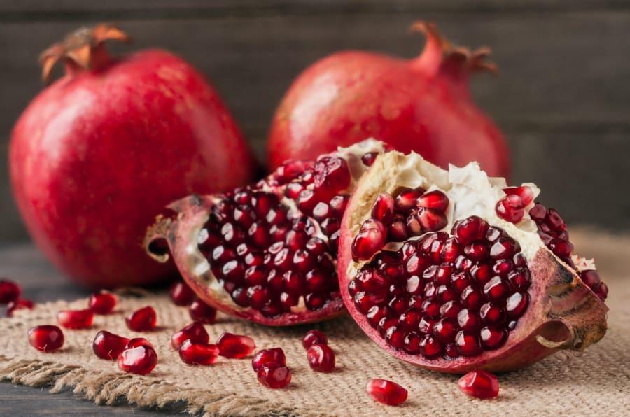 La granada es una fruta rica en propiedades, y un complemento ideal para muchos platillos.