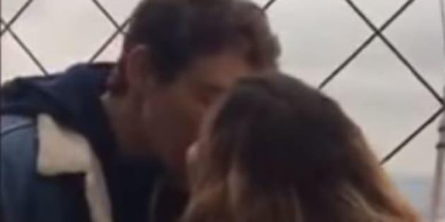 Elle voulait retrouver l'inconnu qu'elle a embrassé en haut de la Tour Eiffel. Elle risque d'être déçue