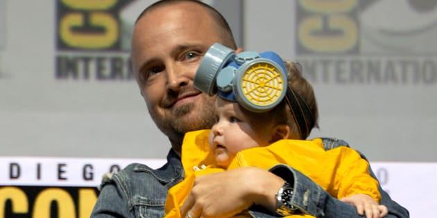 """Aaron Paul et sa fille Story Annabelle Paul sur la scène de la conférence """"Breaking Bad"""" à la Comic-Con de San Diego, ce 16 juillet 2018."""