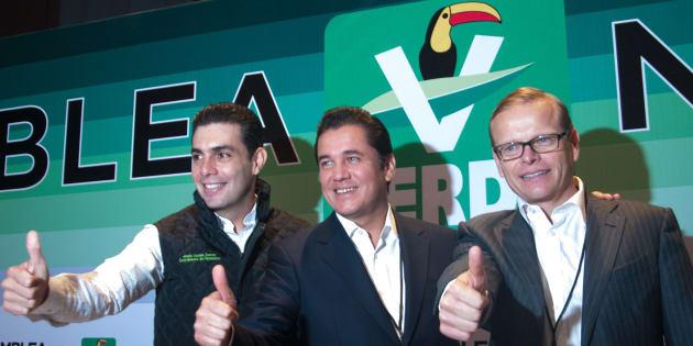 Los militantes del Partido Verde Ecologista (PVEM), Jesús Sesma, Carlos Alberto Puente Salas y Arturo Escobar, durante el inicio de la Asamblea Nacional del PVEM en Ciudad de México, el 11 octubre de 2017.