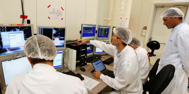 Des techniciens de l'Agence spatiale française (CNES) travaillent sur leur ordinateur.