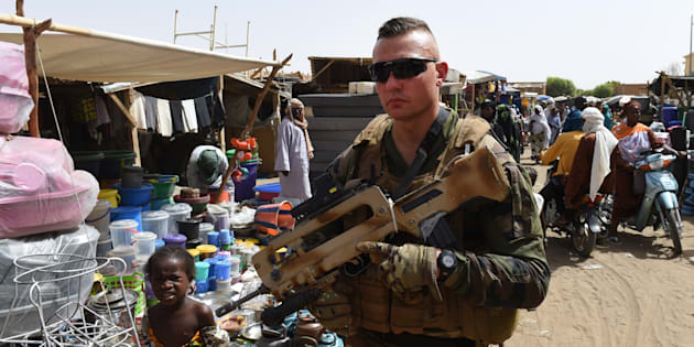 Un soldat français de l'opération Barkhane patrouille à Gao, au Mali, en 2015