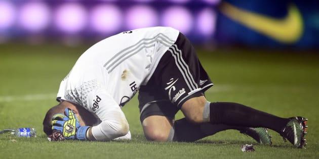 Anthony Lopes touché par un pétard lors de Metz-Lyon le 3 décembre 2016.