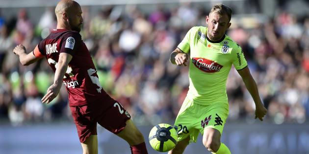 Renaud Cohade (gauche, FC Metz) et Flavien Tait (Angers SCO) le 6 mai au stade Saint-Symphorien, à Longeville-Les-Metz.