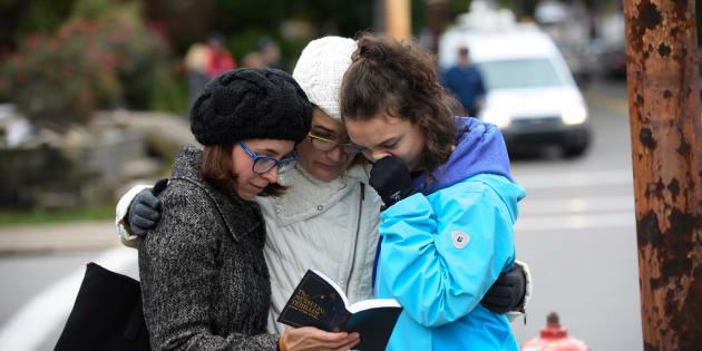 """Une famille prie devant la synagogue """"TreeofLife"""" après la fusillade"""