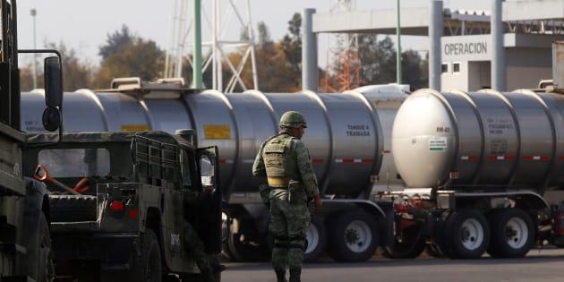 Militares resguardan los centros de distribución de combustibles hoy, en el cetro de distribución del municipio de El Salto, en el estado de Jalisco.