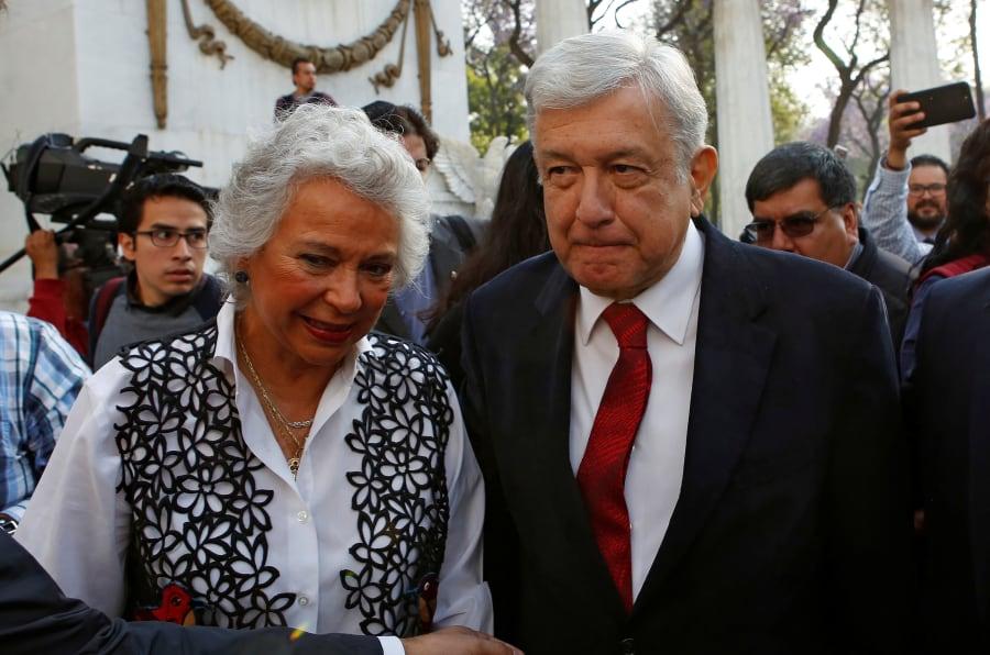 Andrés Manuel López Obrador con Olga Sánchez Cordero durante la celebración del 212 aniversario del natalicio de Benito Juárez en el hemiciclo que lleva su nombre en Ciudad de México.