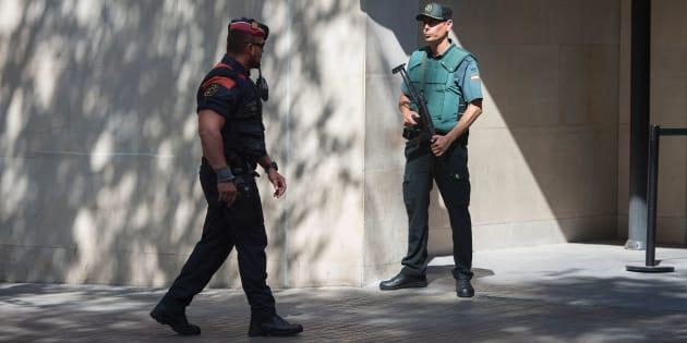 Un mosso d'esquadra pasa ante un guardia civil.