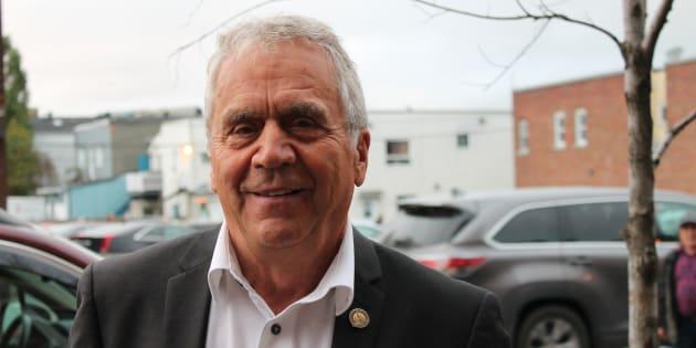 Le doyen de l'Assemblée nationale prend sa retraite après 42 ans de loyaux services. Il termine sa carrière politique en donnant un coup de main à son potentiel successeur dans la circonscription.