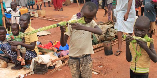Des enfants soudanais jouent avec des armes factives, ans un camp de réfugié à Wau, au Sud Soudan le 4 septembre 2016. REUTERS/Michelle Nichols
