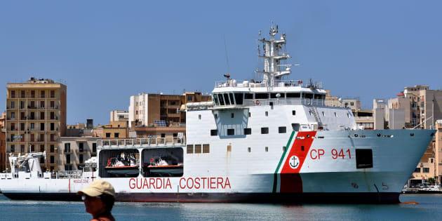 Le Diciotti, bateau des  garde-côtes italiens, arrivant au port de Trapani (Sicile) en juillet 2018