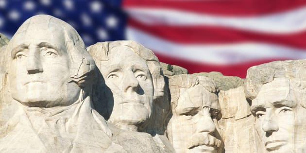 """Le drapeau américain derrière le """"Mount Rushmore""""."""