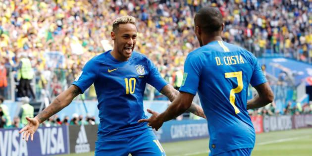 Neymar e Douglas Costa comemoram: Camisa 7 deu passe para o craque marcar o 2º gol.