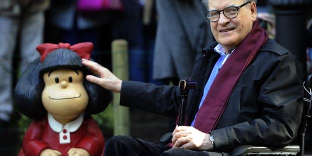 Quino avec une statue de Mafalda, 2014