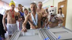 これがロシア大統領選のリアルだ コスプレ姿で投票、投票所でカラオケやダンスイベント