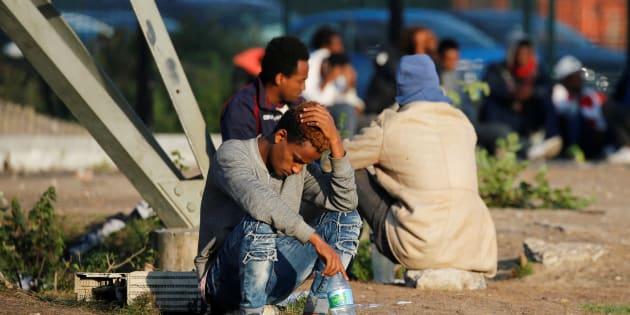 Des migrants attendant une distribution de nourriture à Calais le 23 août 2017.