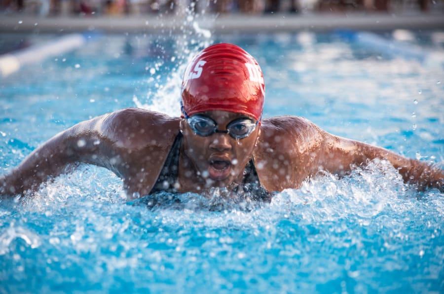 Las personas que participaron en la encuesta dijeron haber reducido sus visitas a un médico profesional gracias a la natación.