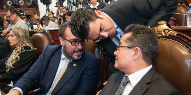 Los diputados locales Mauricio Toledo, Leonel Luna (PRD), Jorge Romero Herrera (PAN), durante la sesión extraordinaria en la Asamblea Legislativa del Distrito Federal, en la cual se aprobó en lo general las reformas al presupuesto de egresos de la Ciudad de México y la Ley de Gasto Eficiente, que envió el jefe de Gobierno, Miguel Ángel Mancera, para que la Secretaría de Finanzas se haga cargo de el fondo de reconstrucción.